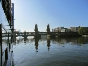 """Blick aus der """"Eastern Comfort"""" auf die Oberbaumbrücke"""